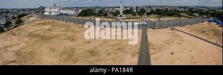 Plymouth, Devon. 19. Juli 2018. Blick von Smeatons Turm auf Plymouth Hoe, Devon, die mehr wie die Wüste Sahara ist auf der Suche nach heißem Wetter in der Region fort. Credit: Paul Slater/Alamy leben Nachrichten - Stockfoto