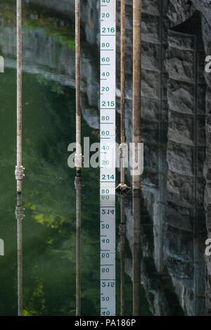 Plymouth, Devon. 19. Juli 2018. Burrator Vorratsbehälter auf Dartmoor in Devon, die jetzt auf nur 41,9 % der Kapazität, Teile des 15. Jahrhunderts Langstone Manor Estate. Gras und andere Pflanzen haben begonnen, wieder den Boden unter den Füßen von Wasser. Credit: Paul Slater/Alamy leben Nachrichten - Stockfoto