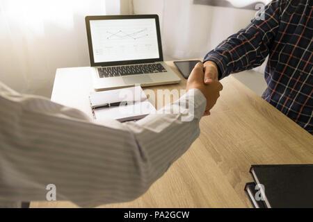 Business Handshake. Geschäft Leute die Hände schütteln, bis Beendigung einer Versammlung, Erfolg Abkommen verhandelt. - Stockfoto