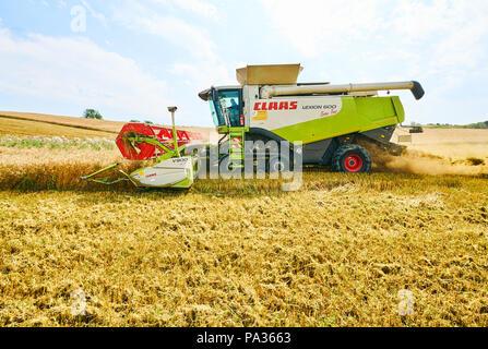 Ein Mähdrescher ernten Mais in Pfaffenhofen a.d.Ilm, Deutschland, 20. Juli 2018. © Peter Schatz/Alamy leben Nachrichten - Stockfoto