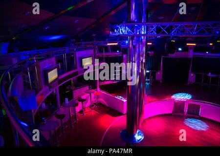 Ort Schiff Disco deck. Lettland. Lichter, Disco Musik und der Völker. Reisen Foto 2018. - Stockfoto