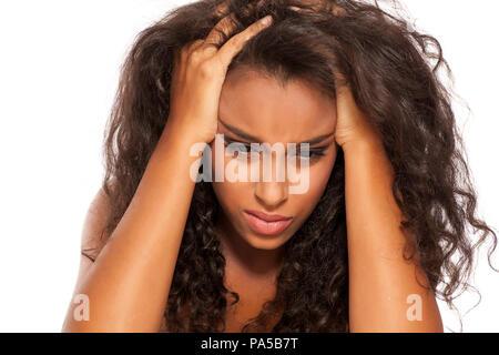 Junge verzweifelte dunkelhäutige Mädchen auf weißem Hintergrund - Stockfoto