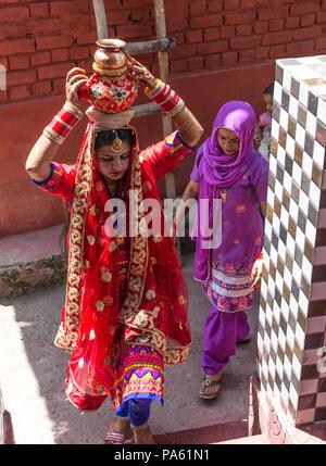 Eine traditionelle Hochzeit in einem kleinen Dorf.Dritter Tag. Die Braut im Haus des Bräutigams bereitet ein Essen für die Dorfbewohner vor.Indien Juni 2018