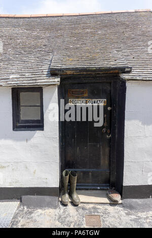 Ecke Ferienhaus im Fischerdorf und beliebtes Reiseziel von Fowey, Cornwall, Großbritannien - Stockfoto