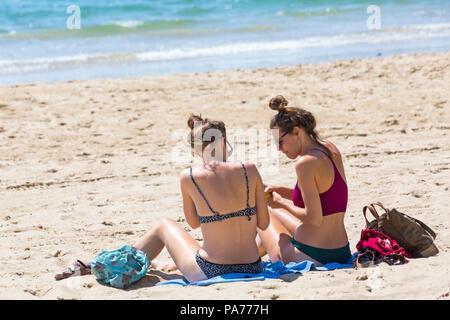 Bournemouth, Dorset, Großbritannien. Juli 2018 21. UK Wetter: heiß und sonnig in Bournemouth Strände, als Sonnenanbeter Kopf an der Küste der Sonne zu Beginn der Sommerferien zu tränken. Zwei junge Frauen, Sonnenbaden am Strand. Credit: Carolyn Jenkins/Alamy leben Nachrichten - Stockfoto