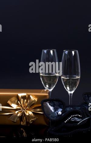 champagner und weihnachten geschenke isoliert auf wei em. Black Bedroom Furniture Sets. Home Design Ideas