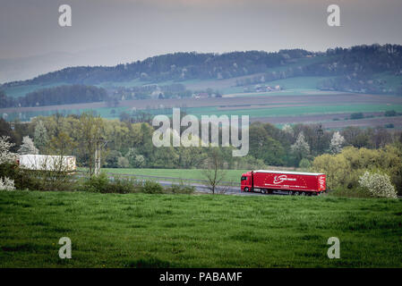 Nutzfahrzeuge ona Schnellstraße S52 in der Nähe von Bielsko-Biala Stadt in der Woiwodschaft Schlesien in Polen - Stockfoto