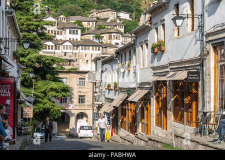 Die Hauptstraße im Basar von Gjirokastra im Süden von Albanien - Stockfoto