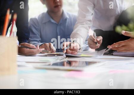 Business Concept Consult, Man Gruppe neu beginnen, Treffen im Arbeitsplatz. - Stockfoto
