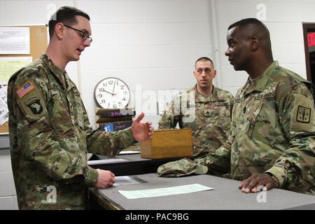 Entfernungsmesser Us Army : Ein sergeant der us army mit luftlandedivision scannt