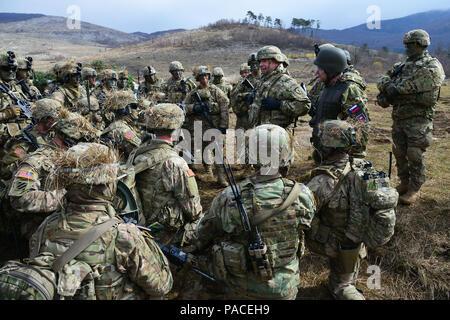 Us-Armee Generalleutnant Friedrich 'Ben' Hodges (Mitte), Kommandierender General der US Army Europe, spricht mit fallschirmjägern zu 2 Bataillon zugeordnet, 503Rd Infanterie Regiment, 173Rd Airborne Brigade im Rahmen eines Besuches der Brigade während der Übung Rock Sokol an Pocek in Postonja, Slowenien, 16. März 2016. Übung Rock Sokol ist ein bilaterales Training übung zwischen der US-Armee 173rd Airborne Brigade und der slowenischen Streitkräfte, die auf kleinen-unit Taktik und aufbauend auf frühere Erfahrungen, schmieden die Bindungen und die Verbesserung der Bereitschaft zwischen alliierten Kräfte konzentriert. Die 173Rd Airborne Brig - Stockfoto