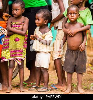KARA, TOGO - Mar 9, 2013: Unbekannter togolesische Kinder beobachten und Tanz an der lokalen Musik zeigen. Kinder in Togo Leiden der Armut aufgrund der Unstab - Stockfoto