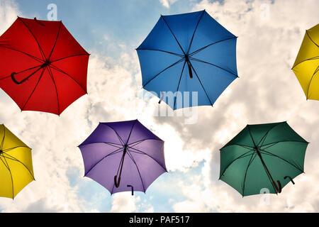 Sonnenschirme in hellen Farben - Stockfoto