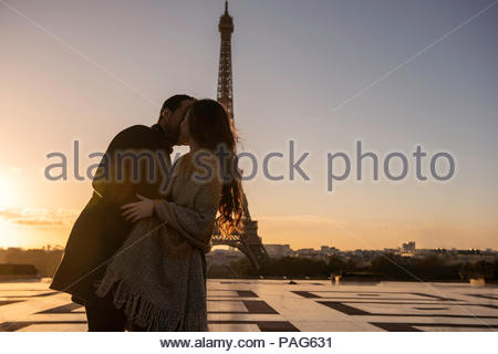 Paar umarmt am Eiffelturm - Stockfoto