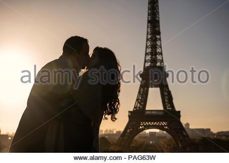 Paar küssen einander am Eiffelturm - Stockfoto
