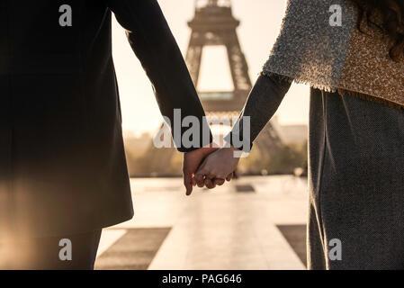 Paar auf dem Weg zum Eiffelturm. - Stockfoto