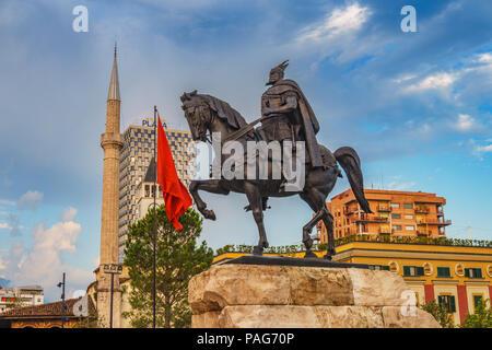 Denkmal von Skanderbeg in Scanderbeg Square im Zentrum von Tirana, Albanien gegen einen bewölkten Himmel. Tirana ist die Hauptstadt von Albanien. - Stockfoto