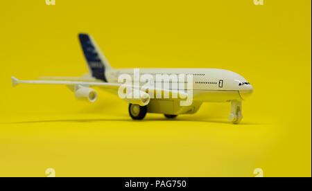 Flugzeug Spielzeug auf gelbem Hintergrund - Stockfoto