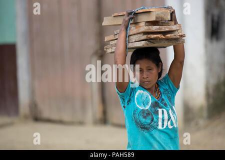Frau trägt, Verbrauchsmaterial, Bahía Solano, Choco, Kolumbien - Stockfoto