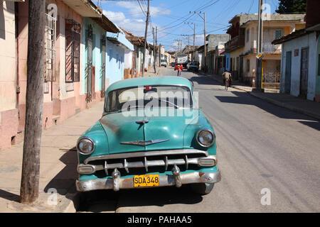 TRINIDAD, Kuba - Februar 5: Classic American Auto auf der Straße geparkt am 5. Februar 2011 in Trinidad, Kuba. Die Vielzahl der Oldtimer Autos in Kuba ich - Stockfoto