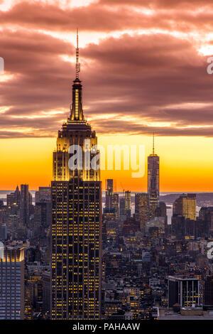 Draufsicht bei Sonnenuntergang vom Empire State Building mit One World Trade Center im Hintergrund, Manhattan, New York, USA