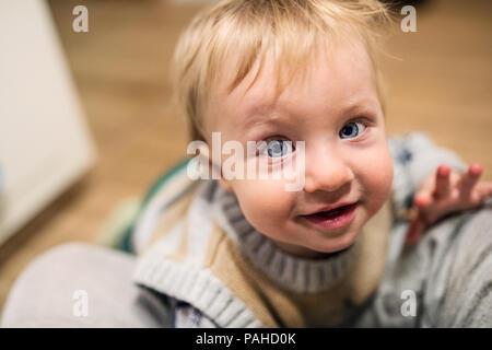 Blick von oben auf ein Kleinkind Junge zu Hause suchen. Close Up. - Stockfoto