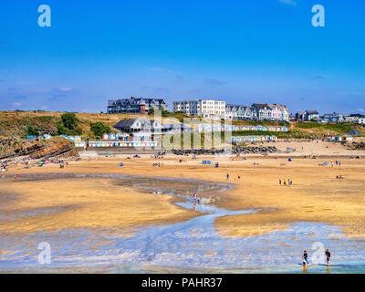 Vom 6. Juli 2018: Bude, Cornwall, UK - der Strand während der Sommerhitze.