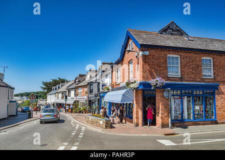 Vom 7. Juli 2018: Bude, Cornwall, Großbritannien - Einkaufen in Lansdown Road, Bude, Cornwall, Großbritannien