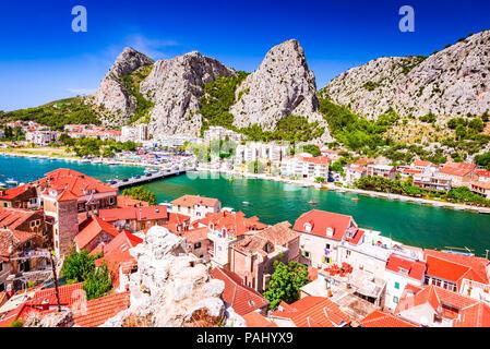 Omis, Kroatien. Dalmatische Küste Panorama mit smaragdgrünen Fluss Cetina, kroatische Reisen Wahrzeichen am Adriatischen Meer. - Stockfoto