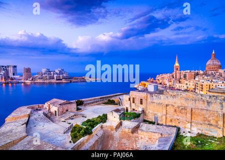 Valletta, Malta. Nachtansicht von Silema Marsamxmett Hafen und Stadt, Valletta. - Stockfoto