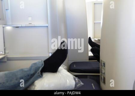 Der Mann mit den schwarzen Socke in Club World Business Class Sitze auf British Airways Boeing 747-400 0806GRU - LHR BA 246 - Stockfoto