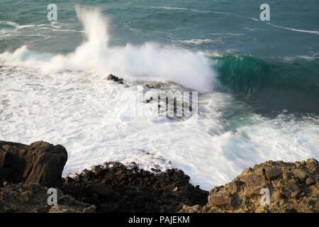 Welle schlägt die Felsen an der Küste - Stockfoto