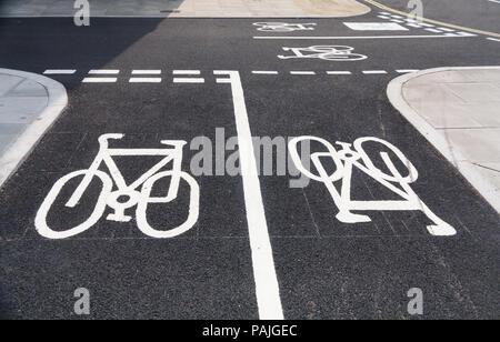 Zyklus Fahrbahnmarkierungen auf einer Straße im Zentrum von London - Stockfoto