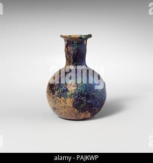 Glas Parfüm Flasche. Kultur: Roman. Abmessungen: Höhe: 2. (5.1 cm) Durchm.: 1 1/2 x 13/16 in. (3,8 x 2,1 cm). Datum: 1. Jh. N.CHR.. Transluzente Kobaltblau. Plain abgerundeten Rand; abfackeln Mund ausgeklappt, über, und in; zylindrische aber leicht konvex Hals kugelförmigen Körper; der abgeflachte, konkav unten. Komplett mit Ausnahme der große Chip in der Rim und der Oberseite der Hals mit wethered bricht; pinprick Blasen und blasen Streifen; tiefe Rillen, brillante Schillern und Patches von dicken, cremigen braun Verwitterung. Museum: Metropolitan Museum of Art, New York, USA. - Stockfoto