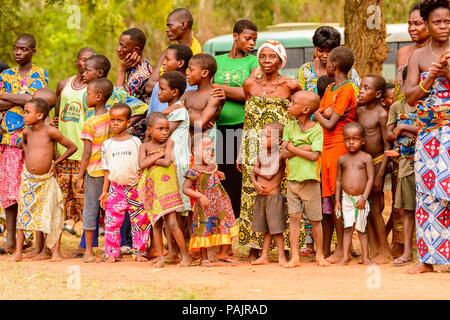 KARA, TOGO - Mar 9, 2013: Unbekannter Menschen in Togo Tanz an der lokalen Musik Performance. Die Menschen in Togo Leiden der Armut wegen der instabilen econ - Stockfoto