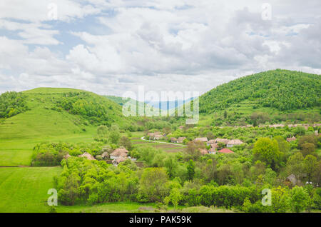 Ländliche Landschaft Dorf in einer wunderschönen natürlichen Umgebung mit Bäumen, Feldern und Hügeln in der unberührten Natur von Siebenbürgen in Rumänien - Stockfoto