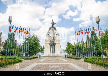 Avram Iancu Square und Statue mit der orthodoxen Kathedrale auf dem Hintergrund in der Stadt Cluj Napoca in der Region Siebenbürgen in Rumänien auf einem Sunn - Stockfoto