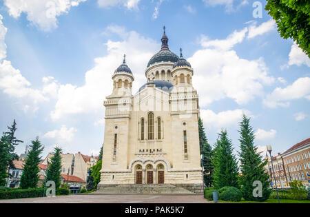 Orthodoxe Kathedrale in Cluj-Napoca Stadt Region Siebenbürgen, Rumänien in der Avram Iancu Platz an einem schönen Sommertag mit einem blauen Himmel - Stockfoto