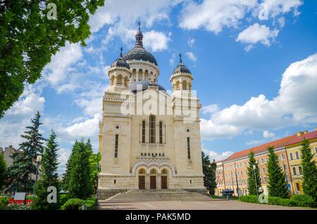 Orthodoxe Kathedrale in Cluj-Napoca Avram Iancu Platz in der Region Siebenbürgen in Rumänien an einem schönen Sommertag mit einem blauen bewölkten Himmel - Stockfoto