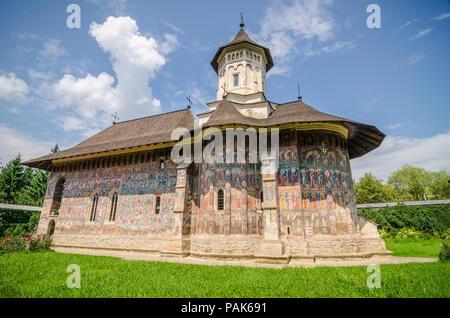 Humorului Kloster mit einer schönen alten historischen Malerei an den Wänden in einem traditionellen orthodoxen Weise in Moldawien Region Rumänien auf einem sonnigen Summ - Stockfoto