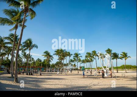 Nachmittag der Bewegung im freien Bereich im Schatten von Palmen am South Beach, Miami - Stockfoto