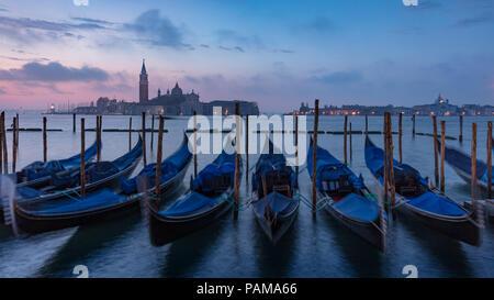 Vor Sonnenaufgang Licht über Gondeln und San Giorgio Maggiore, Venedig, Veneto, Italien - Stockfoto