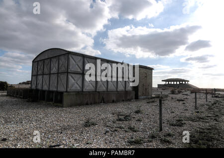 Orford Ness, Suffolk UK. 14. Oktober 2011. Die Atomic Weapons Research Establishment (ADO) von Orford Ness in Suffolk, England. Es wurde benutzt, um vom Ersten Weltkrieg bis zum Kalten Krieg zu testen. Die Pagode ist konzipiert waren, Großbritanniens erste Atombombe zu testen, die Blaue Donau. Die Gebäude hatten konkrete Dächer, die mit Sand und Steinen, die zusammenbrechen, wenn eine Explosion stattfand, Abdeckung der wichtigsten Blast abgedeckt wurden. Zu keinem Zeitpunkt war ein nuklearsprengkopf während der Prüfung der atomaren Waffen in diesem Werk verwendet. Pic genommen 14/10/2011. Quelle: Michael Scott/Alamy leben Nachrichten - Stockfoto