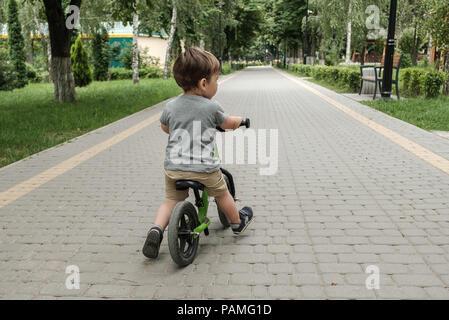 Happy Boy, ein kleines Fahrrad im Park - Stockfoto