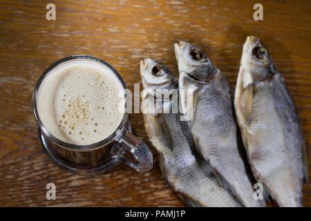 Russische Snack. Bier und getrockneten Fisch. - Stockfoto