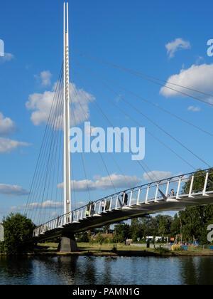 Reading, Großbritannien - 21 Juni 2018: Die neue Christchurch Fußgänger-Hängebrücke über den Fluss Themse ona sonnigen Tag. - Stockfoto