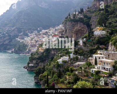 Das Dorf von Positano als von dem Pfad der Götter auf die Küste von Amalfi, Italien gesehen. - Stockfoto
