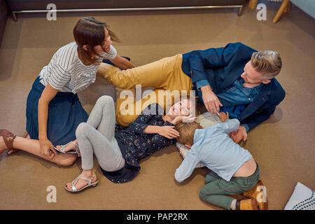 Glückliche Familie entspannt auf dem Boden zu Hause - Stockfoto