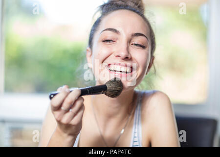 Happy Jugendmädchen Anwendung Make-up - Stockfoto