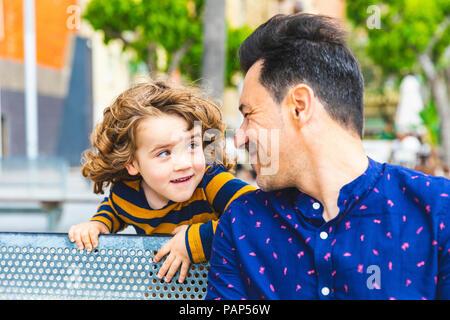 Vater und Sohn spielen und an jedem anderen Suchen - Stockfoto